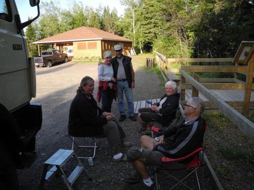 Sandra und Bob (sitzend) und ein Paar aus Quebec, die mit dem Motorrad unterwegs sind