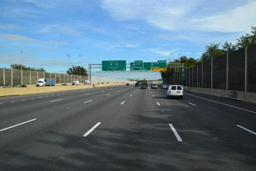 7-spurige Autobahn in Richtung Süden