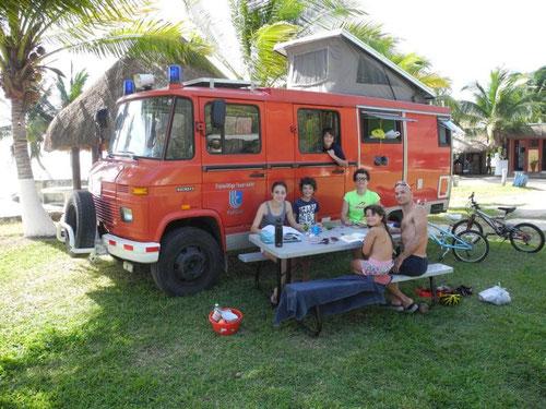 Die Franzosen (2 Erwachsene, 4 Kinder) mit ihrem deutschen Feuerwehrauto