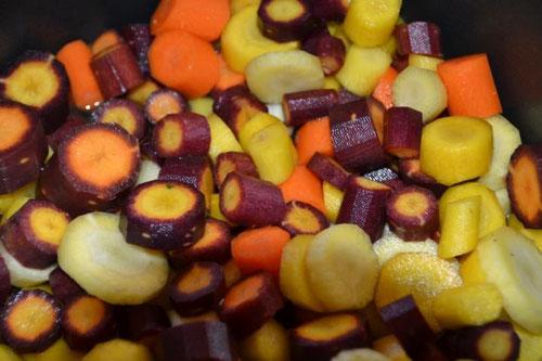 Unglaublich: Hier gibt es Möhren in allen Farben...Nach dem Kochen sind sie allerdings alle einfarbig lila...