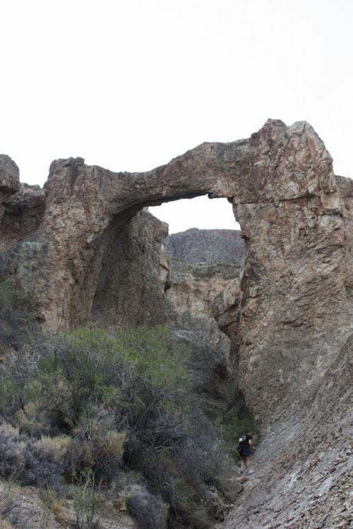 Bajamos por una quebrada hacia el puente de piedra natural