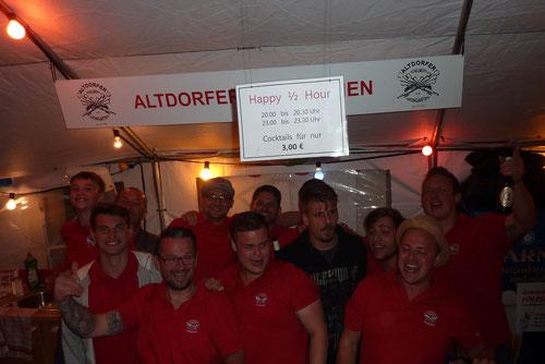 Das unermüdliche Team. Trotz bescheidenem Wetter ist bei uns im Zelt gut was los