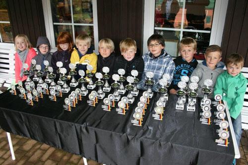 Viele Pokale warteten auf glückliche Sieger