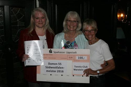 Adelheid Hülsen und Kerstin Haferkemper werden von Silke Gerlach stellvertretend für die Damen 55 Mannschaft geehrt