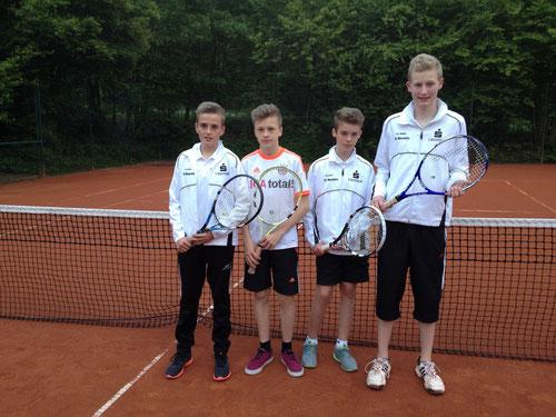 Aufstellung der U15/1 gegen den TC Blau-Gold Arnsberg, von links nach rechts: Phillip Platte, Marc Juckenhöfel, Luc Enste und Keno Haferkemper.  Es fehlt Maximilian Rüther.
