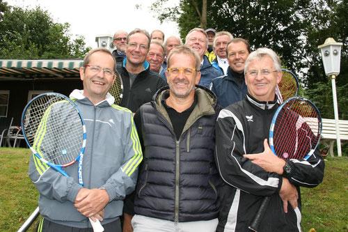 Hier ein gemeinsames Bild mit der unterlegenen Mannschaft des TC Ense.