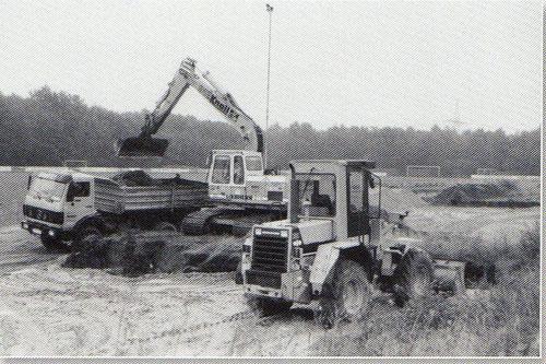 Die Sportanlage der Eintracht verwandelt sich im Herbst 1995 in eine Großbaustelle. Der Spielbetrieb ist nur noch eingeschränkt möglich, das Training findet am Leineweg statt.