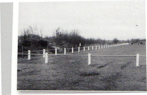 Der neue Sportplatz am Forsthaus wird im Frühjahr 1965 hergerichtet und im Jahr darauf mit Eisenrohren umzäunt.