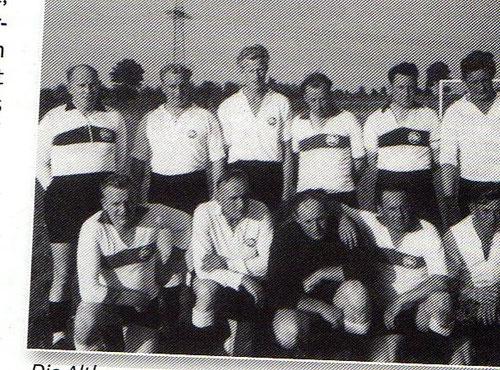 Die Altherrenmannschaft verliert ihr Spiel anlässlich der Platzeinweihung am 15. August 1965 gegen Amisia mit 1:2 Toren.