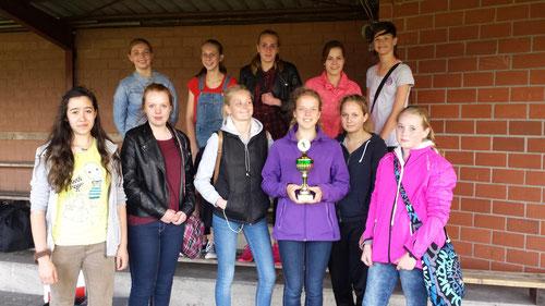 Das Bild zeigt unsere B-Mädchenmannschaft nach einem Turnier in Breddenberg