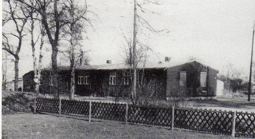Die baufällige Baracke, die jahrlange als Umkleide- und Duschraum gedient hatte, wurde 1970 abgerissen.