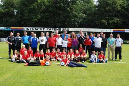 Das Bild zeigt die neuen C-Lizenzträger nach den Abschlussprüfungen zusammen mit den Prüfern des NFV und der Referenzmannschaft aus der Eintracht-Jugend (E1)