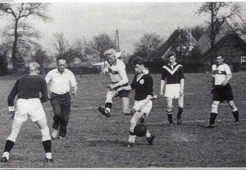 Auf der Wiese hinter der Gaststätte Gautier finden die ersten Punktspiele statt. Im Bild Eintracht-Stürmer Hans Kösters, der einen Schuss auf das gegnerische Tor abgibt, rechts sein Mitspieler Johannes Schulte.