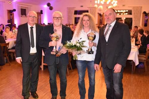 Sportler des Jahres 2016 bei DJK Eintracht Papenburg sind Hermann Haarmann und Marita Gernand. Die Pokale überreichten Vereinschef Benno Gerbrand (links) und Ehrenpräsident Reinhard Schmeling. Foto: Hermann-Josef Tangen