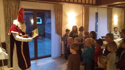 (Foto zeigt die Minis beim Besuch vom Nikolaus)