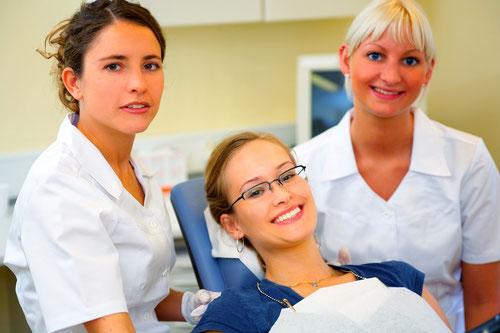 Zahnmedizinische/r Fachangestellte/r in der Zahnarztpraxis Weiden: Team-Arbeit, die Spaß macht! (© Yuri Arcurs - Fotolia.com)