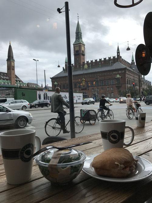 コペンハーゲン市庁舎前のエスプレッソカフェから大量のチャリ通を眺めてました