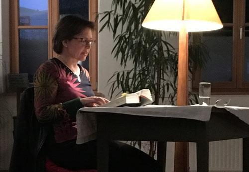 "19. April: Michaela Kastinger-Haslinger liest aus ""Unterleuten"" von Juli Zeh"