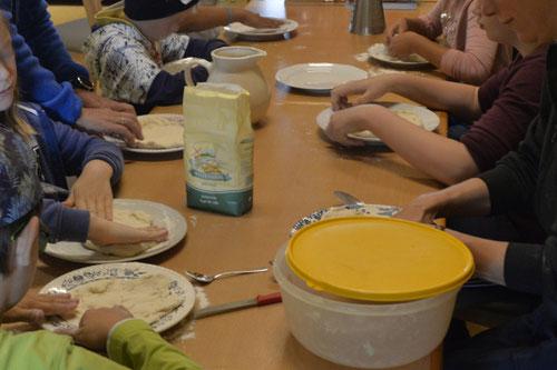 Pizzateig wird ausgewalgt - Ferienprogramm St. Georgen bei Salzburg - Camilla Harfmann