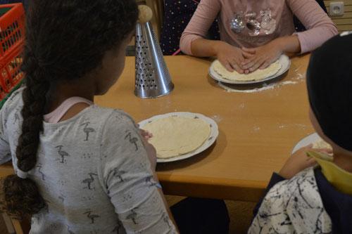 Vorbereitung für die Pizza - Ferienprogramm St. Georgen bei Salzburg - Camilla Harfmann