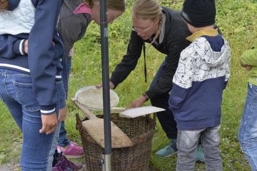 Pizzateig auf Holzschieber - Sommer-Ferienprogramm St. Georgen bei Salzburg - Camilla Harfmann