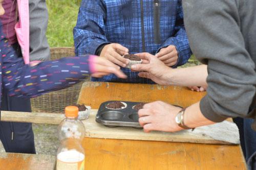 Schokomuffins aus dem Lehmbackofen heiß begehrt - Sommer-Ferienprogramm St. Georgen bei Salzburg - Camilla Harfmann