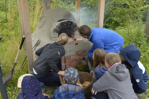 Brennt das Feuer im Lehmofen? - Ferienprogramm St. Georgen bei Salzburg - Camilla Harfmann
