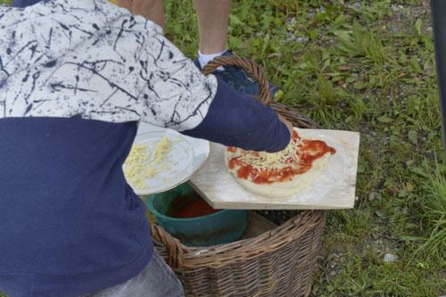 Holzofenpizza wird belegt - Sommer-Ferienprogramm St. Georgen bei Salzburg - Camilla Harfmann
