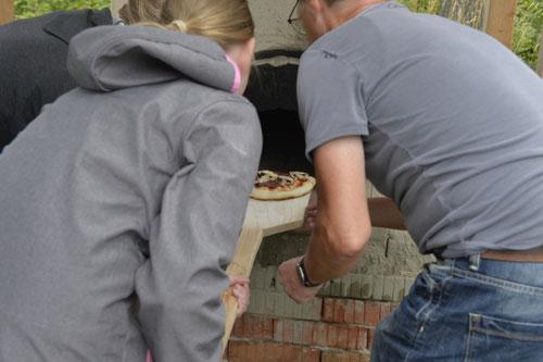 Pizza aus dem Lehmbackofen holen - Sommer-Ferienprogramm St. Georgen bei Salzburg - Camilla Harfmann