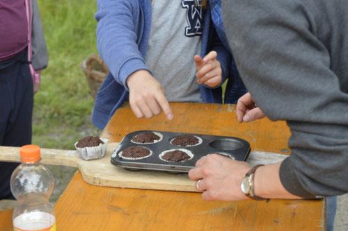 Schokomuffins aus dem Lehmofen heiß begehrt - Sommer-Ferienprogramm St. Georgen bei Salzburg - Camilla Harfmann