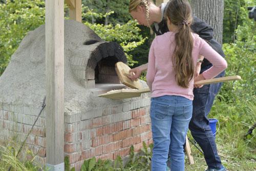 Pizza in den Lehmofen einschieben - Sommer-Ferienprogramm St. Georgen bei Salzburg - Camilla Harfmann