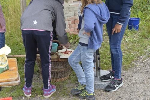 Tomatensauce auf den Pizza-Teig - Sommer-Ferienprogramm St. Georgen bei Salzburg - Camilla Harfmann
