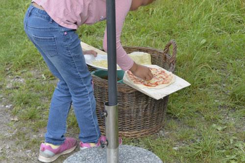 Käse auf die Holzofenpizza - Sommer-Ferienprogramm St. Georgen bei Salzburg - Camilla Harfmann