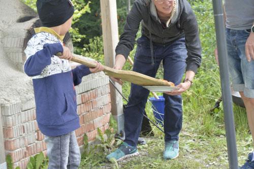 Jedes Kind holt selbst seine Pizza aus dem Lehmofen - Sommer-Ferienprogramm St. Georgen bei Salzburg - Camilla Harfmann