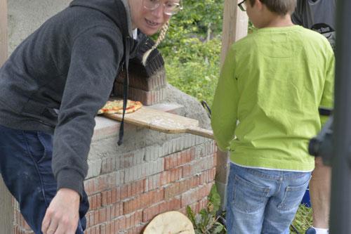 Pizza aus dem Lehmofen holen - Sommer-Ferienprogramm St. Georgen bei Salzburg - Camilla Harfmann