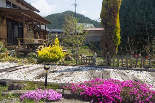 京北アロマサロン香夢花夢の外観とお庭。鳥もやってきます。
