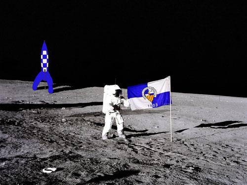 Astronauta a la Lluna amb bandera i coet arlequinats. Un gran pas per l´afició.