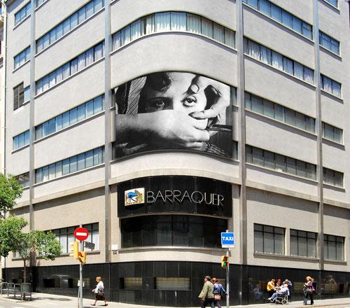 A Helena Barraquer li encanta el cinema. Quan el seu dissenyador els va demanar una idea original per donar vistositat a la façana, ho va veure clar: la primera operació de cataractes filmada de la història.