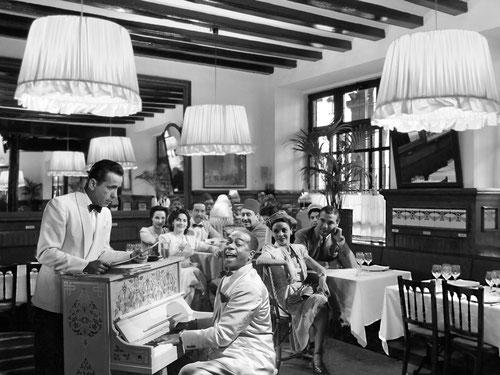 Prop dels tinglados del port, barri d´estraperlo, tradició de segles, lloc de trobada de famosos. Quin millor lloc per amagar els salconduits als nazis que el piano del Restaurant 7 Portes?