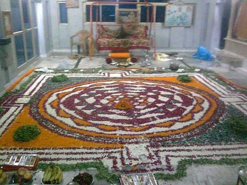 何千もの花で形作られたShreeYantraシュリヤントラ(ニティッシュ作)