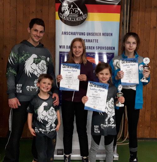 v.r.n.l.: Leonie Wolf, Nahla Eichheimer, Marla Schäfer, Trainer Andreas Eichheimer mit Sohn Quentin