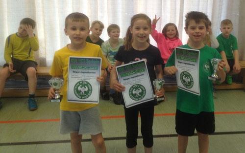Für ihre erste Turnierteilnahme wurden Leo Kunz, Marla Schäfer und Jakob Zimmermann mit einem Pokal und einer Urkunde geehrt