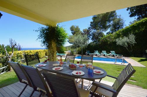 illa à louer à Begur pour les vacances de 230 m2 avec une très belle vue sur la mer, située près de la plage de Sa Riera.