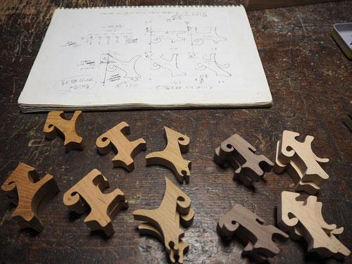5匹の犬のハンガーフック製作中~犬のフック5樹種5姿態~