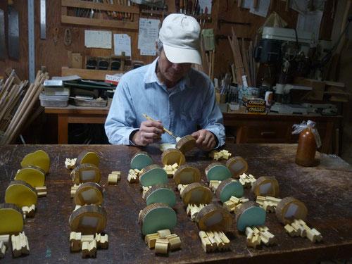 干支戌 4匹のイヌのはし置き&パズル 仕上げオイル塗作業中