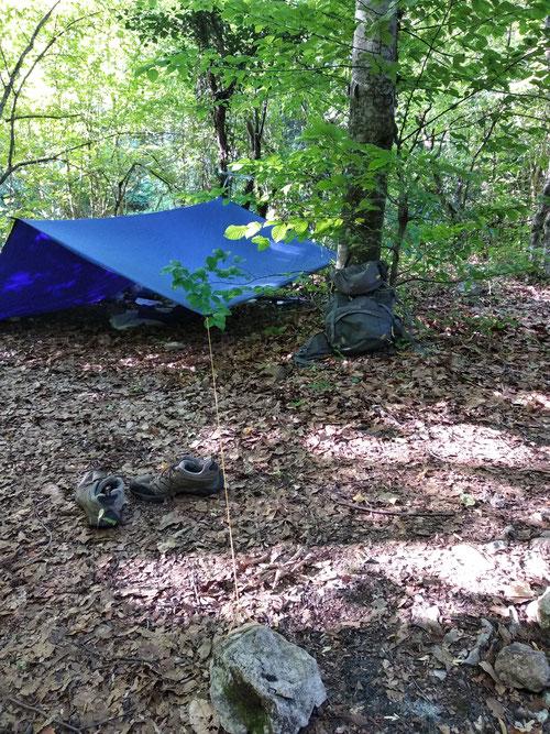 Последнее время в своих путешествиях я значительно чаще использую тент вместо палатки в целях сокращения как общего веса, так и  места в рюкзаке. Мой тент  2,8 на 2,5 м. весит 600 гр., в то время как палатка 1,3 кг. Приличная разница.
