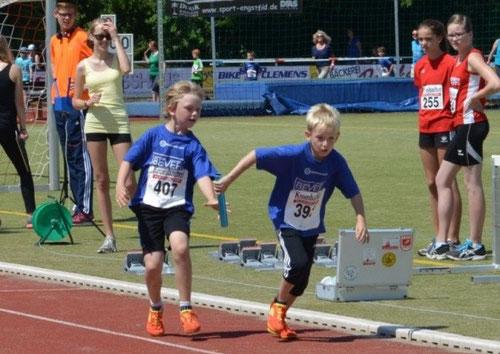 Miteinander - so lautet das Motto in den Mannschaften (hier: 4x50m-Staffel der mU10 / LG Südsauerland).