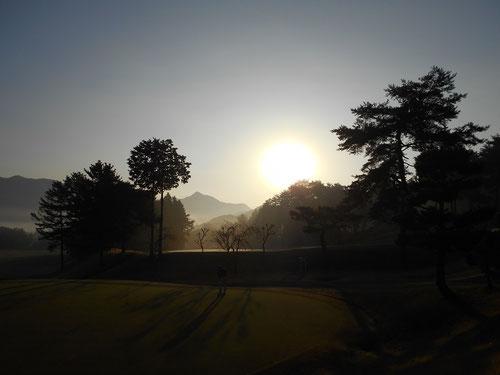 早朝の足利カントリークラブ飛駒コースの景色