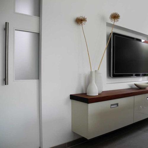 Schiebetür weiß lackiert, passend zum Sideboard, im Einfamilienhaus in Geldern