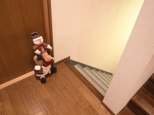教室の中に入ると、スノーマンが方向をさしてますね。地下でしょうか...?